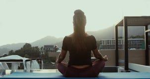 Yoga e meditazione in una città moderna stock footage