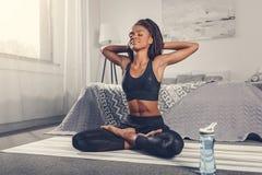 yoga e rilassamento di pratica della donna Immagine Stock