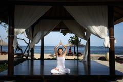 Yoga in einem Gazebo Stockbild