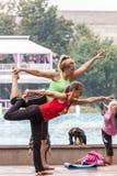 Yoga in einem Park Stockbilder