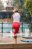 Yoga in einem Park Lizenzfreie Stockfotos