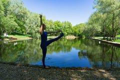 Yoga in einem Stadtpark stockbilder