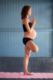 Yoga embarazada foto de archivo