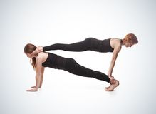 Yoga emparejada en un fondo azul Fotos de archivo libres de regalías