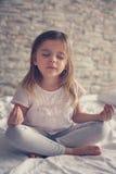Yoga en cama Imagen de archivo libre de regalías