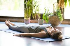 Yoga en casa: Actitud de Shavasana Fotografía de archivo libre de regalías