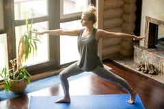 Yoga en casa: Actitud de Virabhadrasana 2 Imagen de archivo libre de regalías