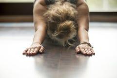 Yoga en casa: Actitud del niño fotos de archivo libres de regalías