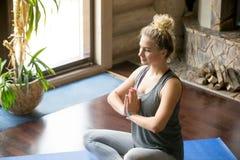 Yoga en casa: posición del rezo Imagen de archivo libre de regalías