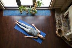 Yoga en casa: relajación Fotografía de archivo libre de regalías