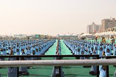 Yoga en ceremonia de inauguración del 29no festival internacional 2018 de la cometa - la India Imagenes de archivo