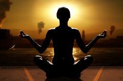 Yoga en de industrie Stock Fotografie