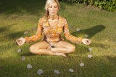 Yoga en el círculo de piedra Foto de archivo libre de regalías