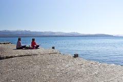 Yoga en el lado del lago Caminar aventura en San Carlos de Bariloc Imágenes de archivo libres de regalías