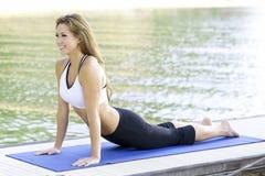 Yoga en el lago Imágenes de archivo libres de regalías