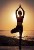 Yoga en el mar imagen de archivo