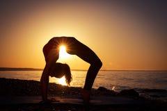 Yoga en el mar imágenes de archivo libres de regalías