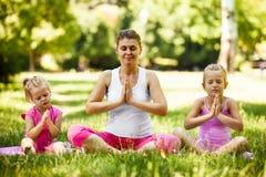 Yoga en el parque fotografía de archivo libre de regalías