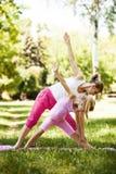 Yoga en el parque foto de archivo