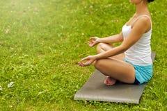 Yoga en el parque Imagenes de archivo