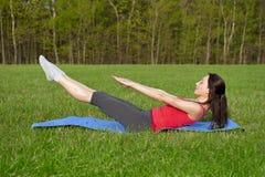 Yoga en el parque. Actitud del barco Fotos de archivo