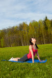 Yoga en el parque. Cobra Foto de archivo libre de regalías