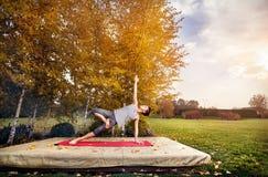Yoga en el parque del otoño Fotografía de archivo libre de regalías