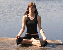 Yoga en el puente Imagenes de archivo