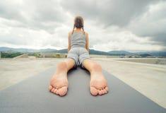 Yoga en el tejado Imagen de archivo libre de regalías