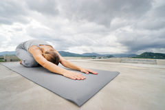 Yoga en el tejado Fotos de archivo libres de regalías
