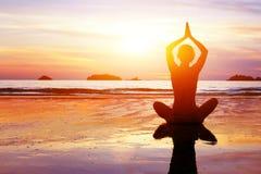 Yoga en gezonde levensstijlachtergrond, abstract silhouet van vrouw het mediteren royalty-vrije stock foto