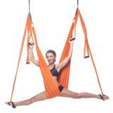 Yoga en hamaca, yoga del cielo, yoga de la mosca Antigravedad Foto de archivo libre de regalías