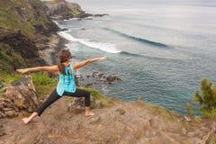Yoga en la costa de Maui imagen de archivo