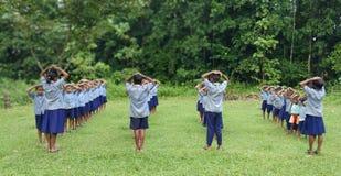 Yoga en la escuela fotos de archivo