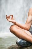 Yoga en la forma de vida sana de la cascada Imágenes de archivo libres de regalías