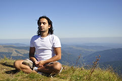 Yoga en la montaña Fotos de archivo libres de regalías