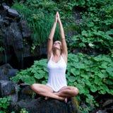 Yoga en la naturaleza imagen de archivo libre de regalías