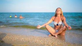Yoga en la orilla de mar hermosa almacen de metraje de vídeo
