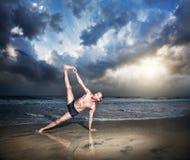 Yoga en la playa Foto de archivo