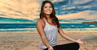 Yoga en la playa Imagenes de archivo