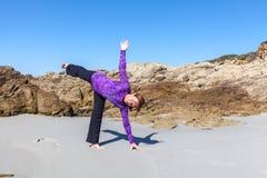 Yoga en la playa en California Fotos de archivo libres de regalías
