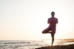 Yoga en la puesta del sol Imagen de archivo