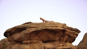 Yoga en la puesta del sol almacen de video