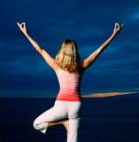 Yoga en la puesta del sol imágenes de archivo libres de regalías