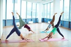Yoga en las esteras Imágenes de archivo libres de regalías