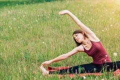 Yoga en meditatie in aard op een Zonnige dag Mooie vrouw in de bovenkant van Bourgondië op de achtergrond van gebieden en bossen royalty-vrije stock foto