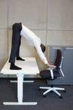 yoga en oficina imagen de archivo