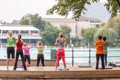 Yoga en parc Photographie stock libre de droits