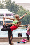 Yoga en parc Images stock