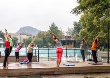Yoga en parc Photo stock